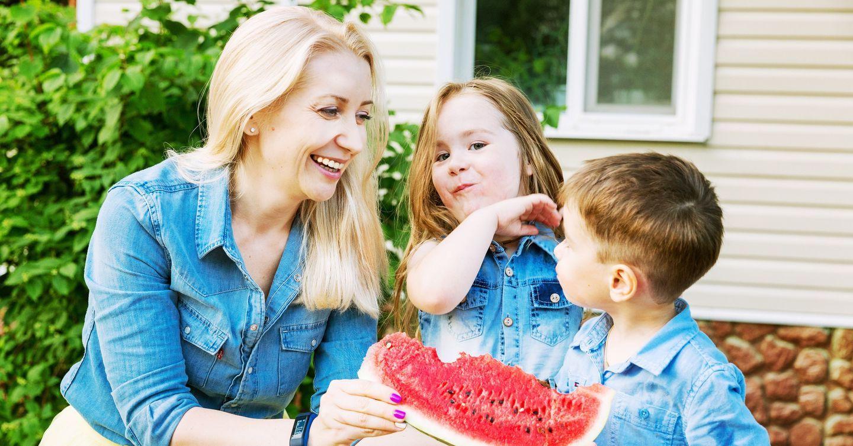 Eine junge Familie genießt einen tollen Nachmittag vom We are family Day